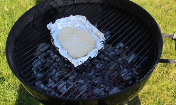 Grillbrot in Alufolie auf den Grill