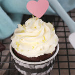Schokoladen-Cupcakes mit Sahnetopping