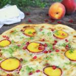[Anzeige] Flammkuchen mit Pfirsich, Kresse & Schafkäse aus der Hungener Käsescheune