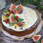 Honigkuchen mit Zitronenquark und karamellisierten Früchten