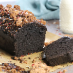 Schokoladenkuchen mit schwarzem Kakao