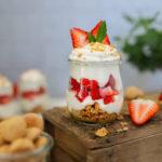 Crunchy Erdbeeren Amarettini Schichtdessert mit Schuss (oder ohne)