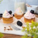 Eiskaffee Karamell Muffins mit Brombeer Eierlikör Swirl