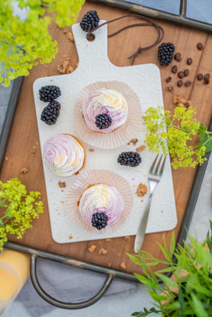 Eierlikör Brombeeren Muffins Cupcakes mit Kaffee und Eiskaffe